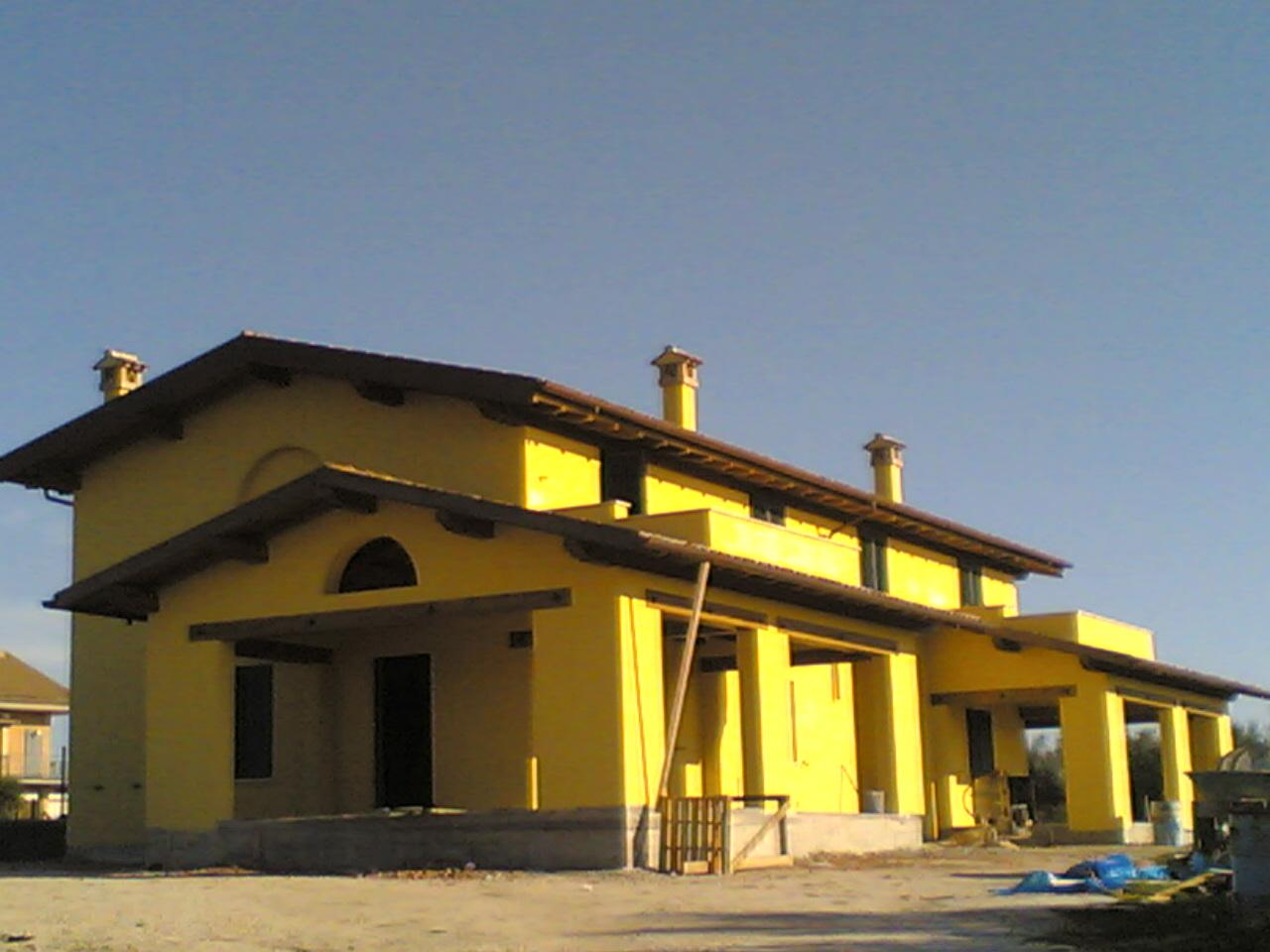 Casa Bifamiliare Con Tetto E Porticati In Legno Lamellare