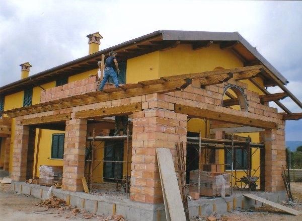 Elegant casa bifamiliare con tetto e porticati in legno for Casa legno antisismica costo